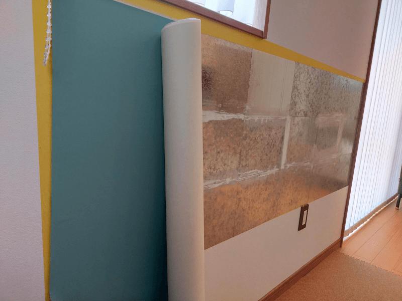 壁にブリキプレート+黒板壁紙を貼っていく