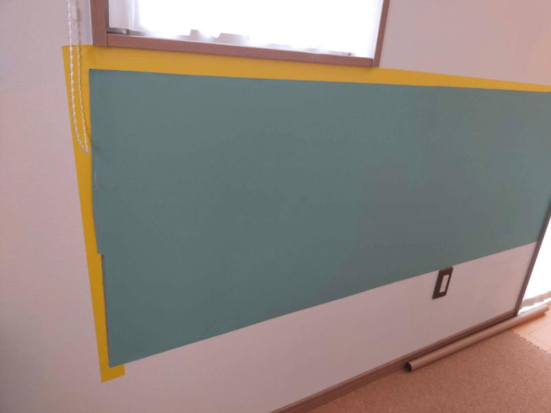 壁に黒板壁紙を貼った様子