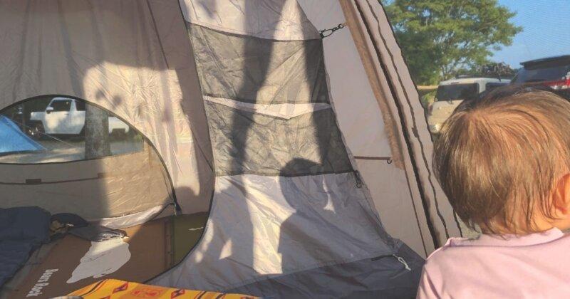 1歳の子とテント中