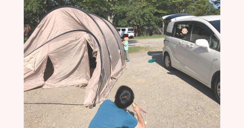 子連れキャンプ、テント設営の様子